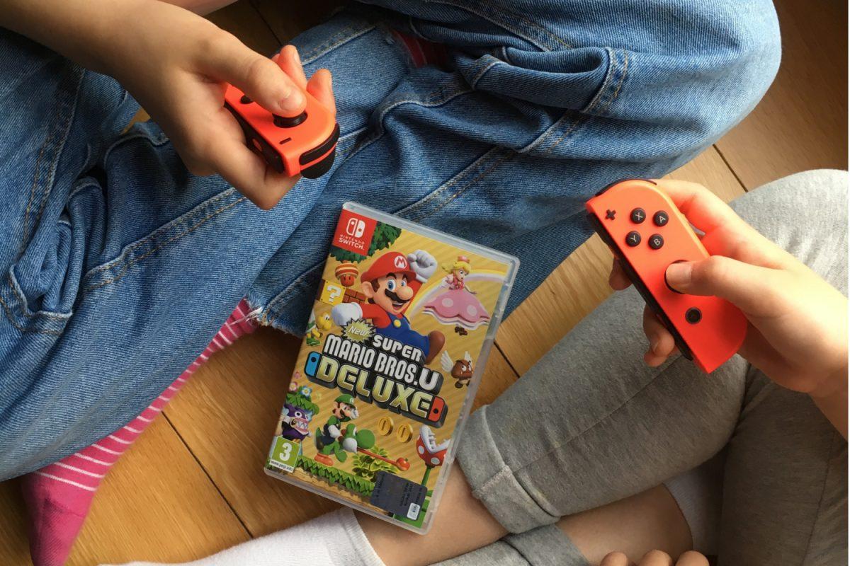 bambini che giocano ai videogiochi