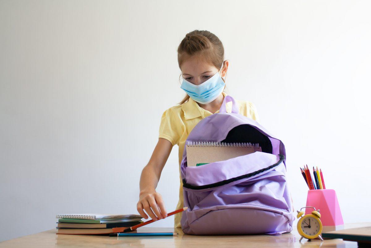 bambina con mascherina prepara rientro a scuola