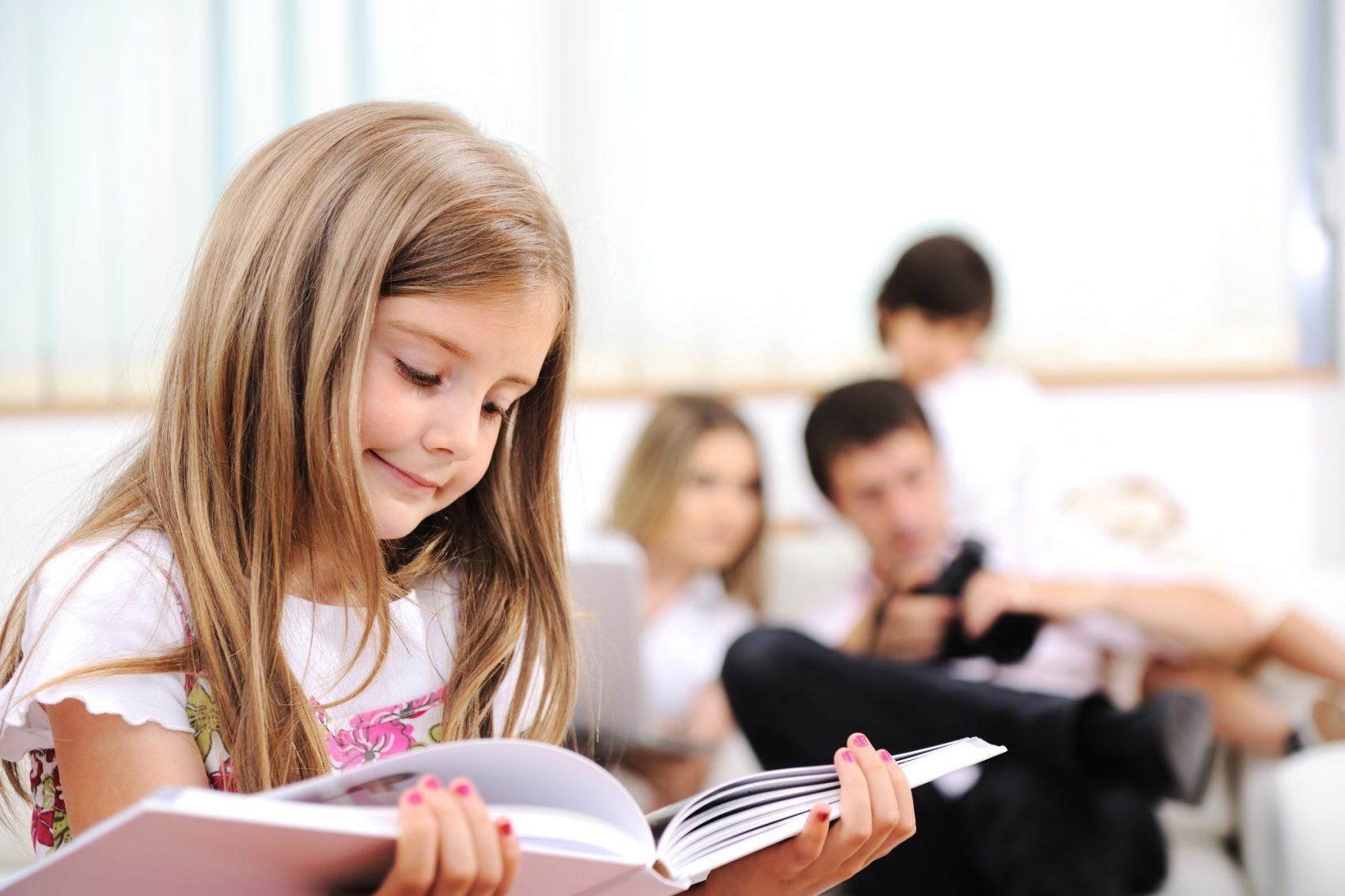 bambina che impara le filastrocche sui mesi dell'anno