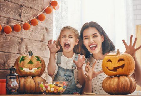 mamma e bambina che si preparano a caccia al tesoro a tema Halloween