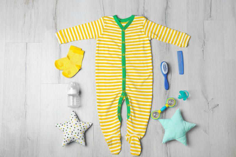 vestire neonato in casa