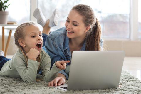mamma e figlia al pc con giochi da fare online per feste di compleanno