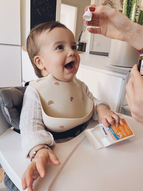bambina che prende integratori di vitamina d