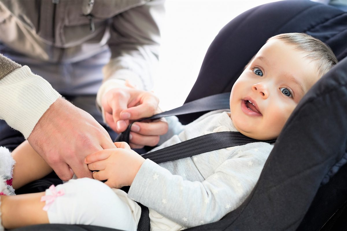mettere il seggiolino in auto con il bambino