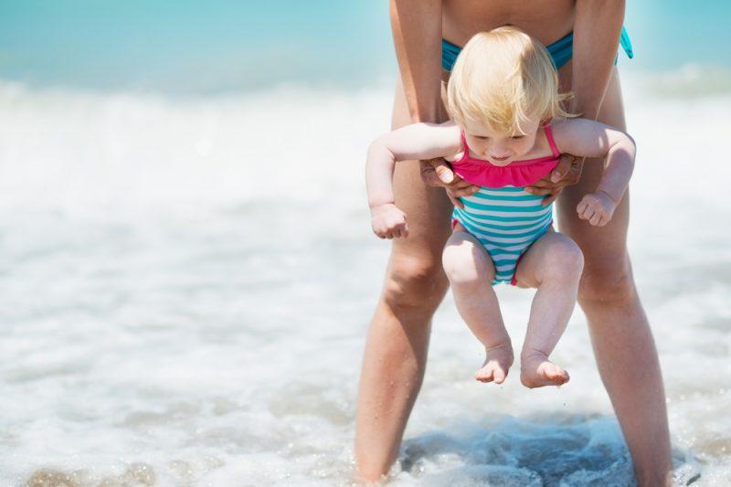 neonato bagno al mare