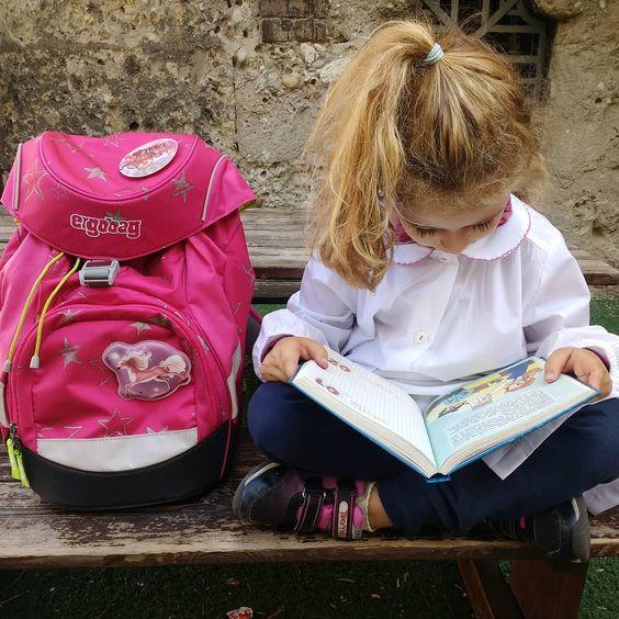 bambina con zaino per la prima elementare